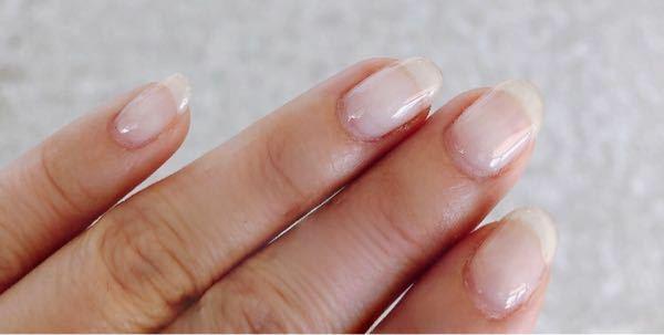 ジェルネイルに詳しい方お願いしますm(__)m 先日、ネイルサロンでクリアのジェルネイルをやってもらいました。(職場がカラーNGの為) いい感じに爪の長さも整えて頂いたのですが、職場の上司から爪切ってこいと言われてしまいました。 長さ変えるだけてネイルサロン行くのは...と思い自分でやりたいのですが、ジェルネイルしてる爪を爪切りで切ってからヤスリで削って整えたら変になりますか? アドバ...