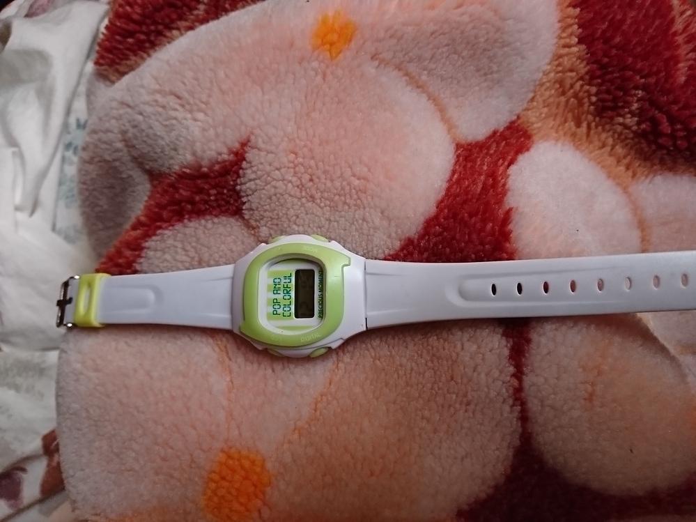 この腕時計は、いくらしますか? 裏に非防水と書いてます。