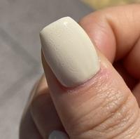 ネイリストさんにご質問です。 先日ジェルネイルをサロンでして頂いたのですが、日が当たるところで見てみると無数の気泡が全ての指にあることに気づきました。  初めてそのサロンでネイルをしてもらった時から...