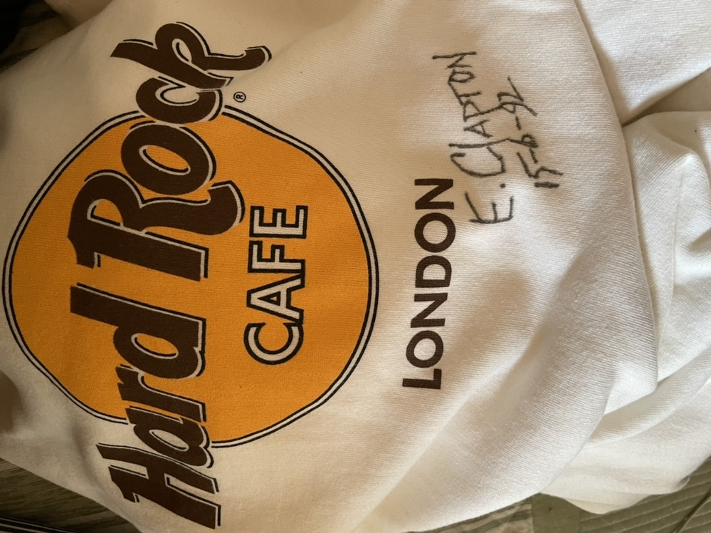 ハードロックカフェのトレーナーを古着屋で1万ちょっとで買ったのですが、これは誰のサインかわかりますか?