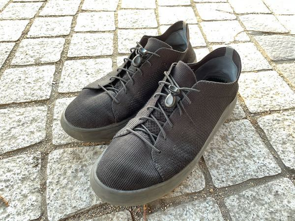 靴の質問です。 貰い物でどこで売っているのか分からないんですが、どこの物かわかりますか? 生地はメッシュです。