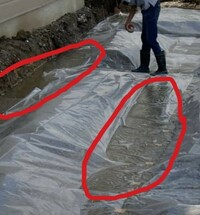 初めまして  現在新築中、基礎工事段階です。 建築業者から基礎工事途中の写真をいただいたのですが 防湿シートの下に水が溜まっていますが 心配しなくていいでしょうか? 雨降りの次の日に作業されたようです。 ...