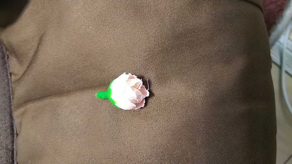約2cm の造花は 赤ちゃんは飲み込んでしまいますか? 緑の部分約1cm 花びらの部分約1cm