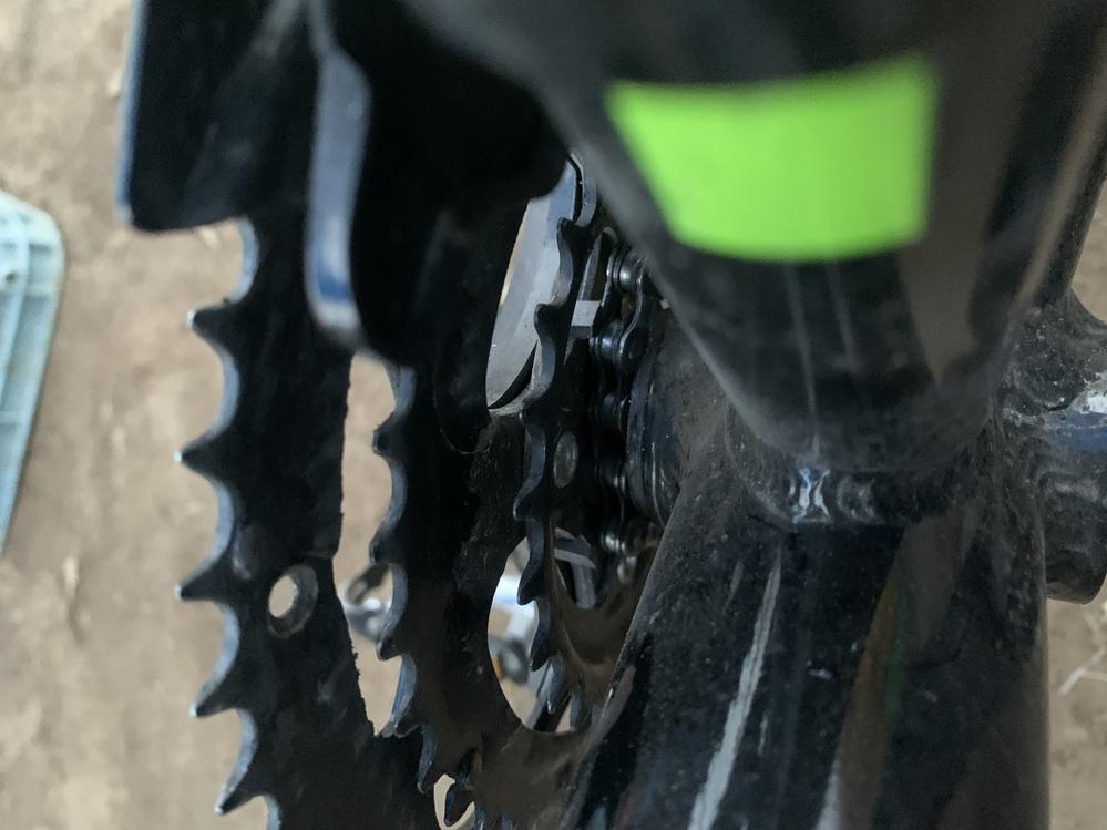 ☆至急☆ 自転車の前側スプロケットとフレームの間にチェーンが落ちてしまい、取れないです。 写真掲載しときます。「見づらくてすみません」 どうか直し方をご教示ください