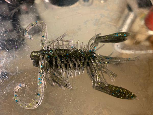 バス釣りワームについて質問です。 このワームは何というメーカーの何というワームでしょうか? 虫系?エビ系のワームです。 よろしくお願い致します。