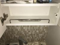 洗面台についている棚の一番下が、写真のように穴が開いていて柵のようなものがついています。 これはどのような使い方が想定されて作られているのでしょうか。