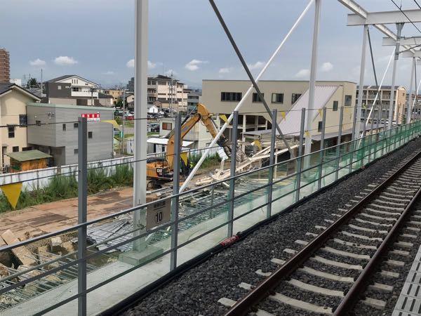 鉄道の高架化について。 一般的に、仮線を新たに引いてホームも仮駅舎も新設する仮線高架式は、その間にある家とか取り壊したり、その後の仮線の撤去や仮駅舎の解体など、非常に無駄が多い様に見えますが、多く採用されています。 直上高架式は、走行中の真下の列車に、減速やダイヤ改正など強いる、落下事故のデメリットがありますが、実際はどちらが良いのでしょうか? ※解体される、名鉄犬山線の布袋駅。 https://www.tokyu-cnst.co.jp/technology/1687.html