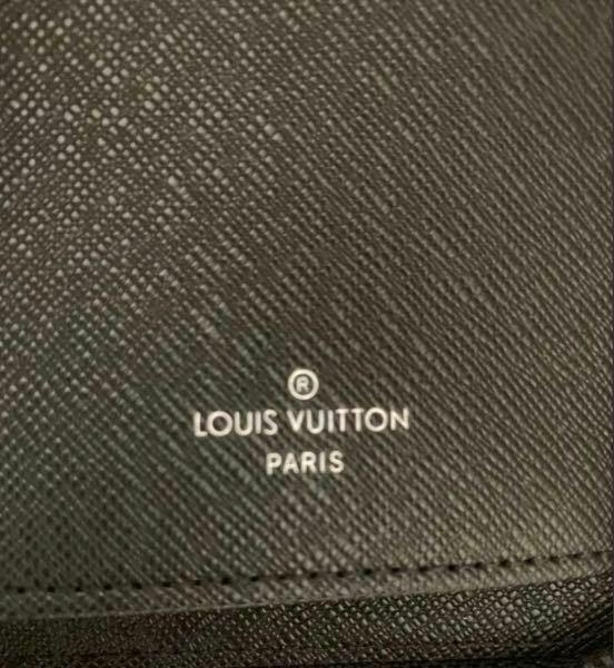 ルイヴィトン長財布について質問です。 画像のように、ルイヴィトンの刻印がされているのにmade in表記が無い場合、偽物なのでしょうか? フリマアプリで販売されているもので、他の写真のシリアルナンバーで調べると2019年フランスで製造されているものというのは分かりました。 出品者の方も2019年に正規のルイヴィトンショップで購入されたとのことです。 どなたか詳しい方、御教授ください。