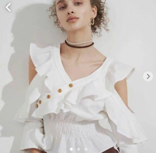 姉からもう着ないから〜と写真の服を貰ったのですが 私はファッションに無頓着な為、コーディネートが分かりません (雑誌で調べても似たようなトップスが無く分かりませんでした…) オシャレな方、 コーディネートの例を教えてください!