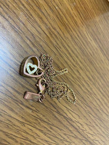 COACHネックレス 数年前にプレゼントにもらったネックレスなのですが頻繁につけていたら変色してしまいました。 自分で綺麗にする方法はないのでしょうか? またはお店に頼めば綺麗にしてもらえるのでしょうか? ネットで検索しましたが革製品に関してしか見つけられませんでした。