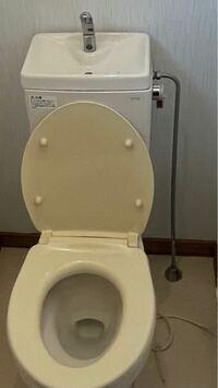 引っ越す家のトイレが写真のような感じなんですが、ウォシュレット取り付けのために分岐したいです。 どんな感じにやるのが良いでしょうか。 そもそもこの写真のような配管じゃ不可能でしょうか? 教えてください。 よろしくお願いします。