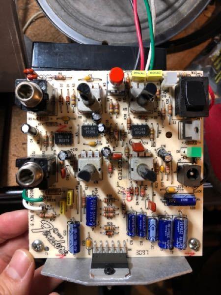 Fender amp canというギターアンプについていたバッテリーが消耗していたので交換しました。電源を入れるとちゃんと動作し、音も正常にでましたが、電源を切るタイミングでバチンと煙がでて、以後つかなくなりました 。 大体の煙の出どころは覚えていますが、知識がないため検討つきません。考えられる故障箇所を教えて頂毛ないでしょうか。 12v4.5aのバッテリーを12V5aに変更しました。家電流が原因でしょうか。 煙の箇所は写真右上の電源スイッチ付近になります。 よろしくお願いします。