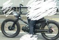 可愛いバイクが走っていたのですが調べても名前が出てきません。なんと言うバイクかわかる方いますか?  自転車みたいなバイクです。