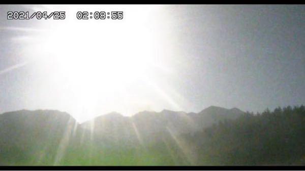 桜島が噴火しましたが、なんでずっと光ってるのでしょうか?