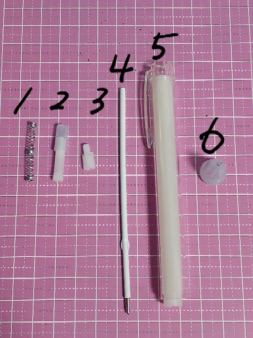 セリアの「オリジナルボールペン」の組み立てについて教えてください。 よく中を見ず分解してしまい、どのパーツがどうなれば組み立てられるのかわからなくなってしまいました。 詳しい方、教えてください...