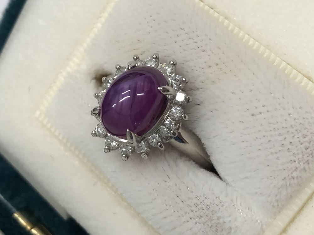 この宝石の石は何でしょうか? 周りはダイヤで、リングはプラチナです。 よろしくお願いいたします。