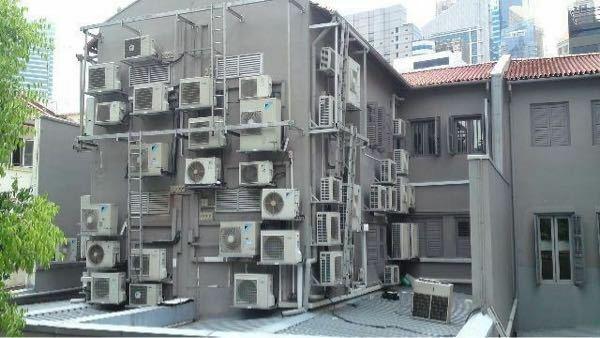こんなにクーラーつけて、この家は何してると思いますか?