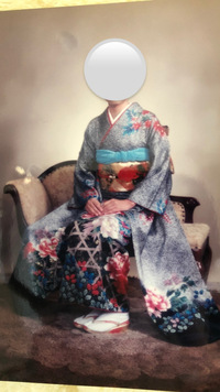 来年の成人式で、母の振袖を着ます。 現在髪飾りを探していてこの振袖に合う主役のお花の色を教えていただきたいです。