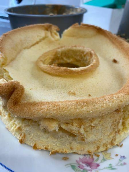 シフォンケーキについて 写真のようになってしまい うまくいきません! 前回はメレンゲをよーく混ぜてしまったのが原因だとわかっていたので 今回はサックリ混ぜました。 オーブンは170度で30分 潰れた上の方が少し生っぽい感じでした。 アドバイスお願いします!