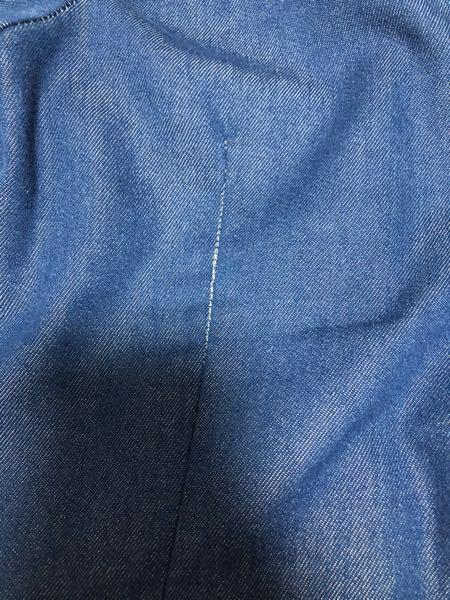 衣服についての質問です。 服の縫い目がこのように広がってしまいました。 お直しに出したら直るのでしょうか? また、直る場合どのぐらいのお金がかかるか、わかる方がいらっしゃれば教えて頂きたいです。 ま