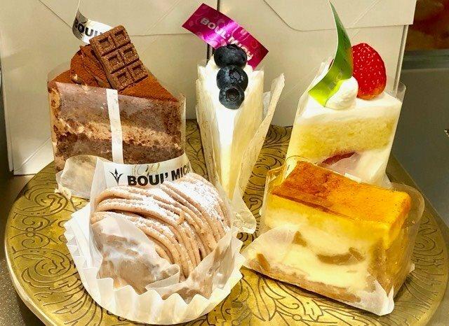ケーキ、どれが食べたいですか? 1個じゃ足りないなら3個まで選んで良いですよ。 ケーキの内訳は 奥は左からチョコケーキ、チーズケーキ、苺ショート 手前は左からモンブラン、シブーストです。 ※ シブーストは、折りたたんだパイ生地にリンゴとシブーストクリーム(カスタードクリームにゼラチンとイタリアンメレンゲを混ぜたもの)を重ねて上面を軽く焼いたケーキです。