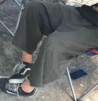 このズボンってなんて言うズボンですか? ガチで知りたいです。