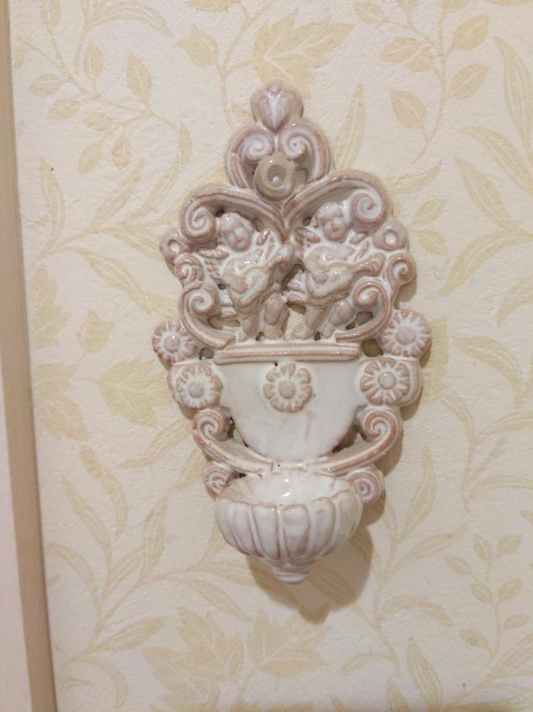 イタリアのお土産でもらったこちらの名前を知りたいです。 お手洗いなどに付いていて、よく公園の噴水や泉の下にもあり、手が洗えるものです。 水が溜まる様になっていて陶器でできています。