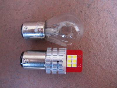 バイクのテールランプの電球(S25W)をポン付けLEDに交換しようと思っているのですが、いろんな商品があって選ぶのに苦労しています。 実際に交換した方でオススメあれば教えてください。 商品名や購入先と金額、耐久性など記述あれば嬉しいです。 ひどいのはすぐ焼け切れるそうですが、逆にこれはオススメできないってのもあれば教えてください。 また、赤色発光のものも多いですが、赤レンズに装着すると...