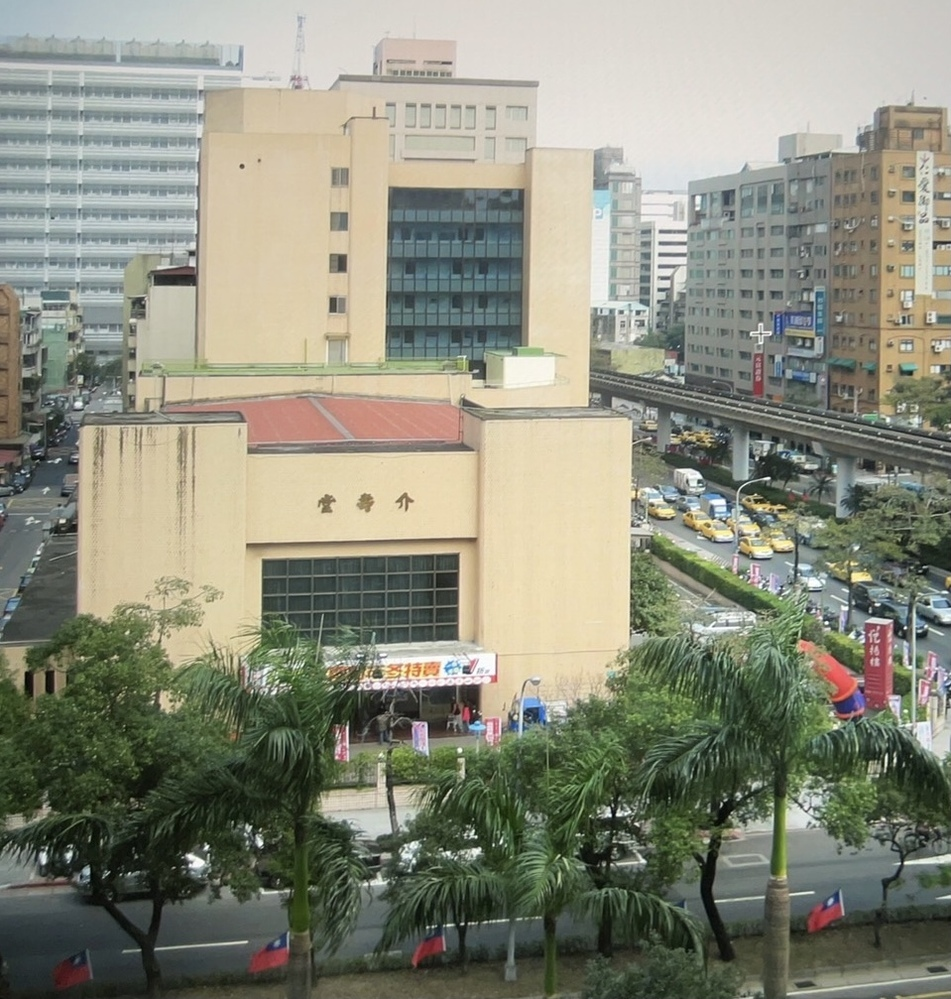 台湾で泊まったホテルを探しています。 もう10年以上前ですが台湾のホテルに泊まったのですが、どこのホテルに泊まったか忘れてしまいました。 ホテルの部屋の窓から撮った写真しかないのですがわかる方いましたらよろしくお願いします。