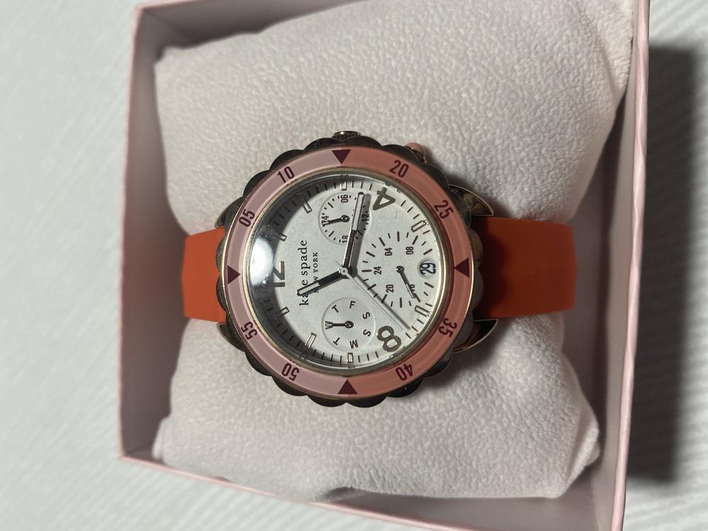 時計に詳しい方にお伺いしたいです。 腕時計を購入したのですが、文字盤の中の小さい3つの盤が何を指しているのかお教えいただきたいです。 右上が24時間での時間、 左上が曜日 かなと解釈しているので...