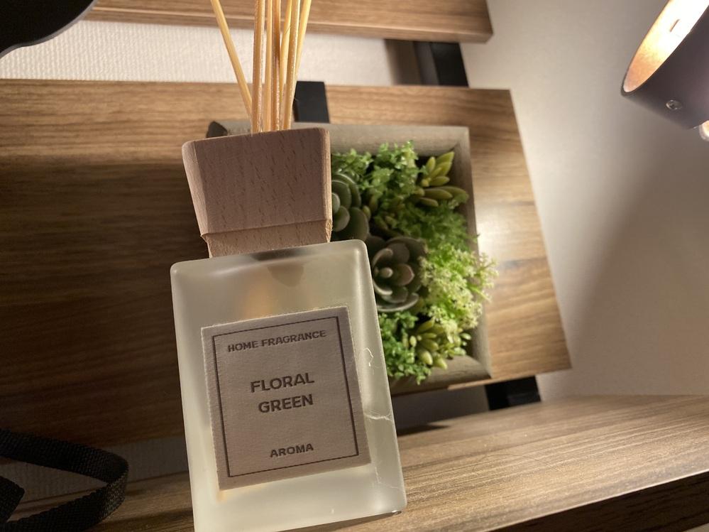 はじめまして。 ニトリに売っているホームフレグランスのFLORAL GREENの匂いが好きなのですがこれの匂いに似た香水を探しています。 優しくも爽やかな癒される香りなのですがご存知の方いらっし...