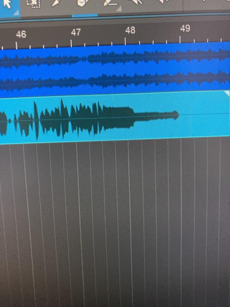 歌ってみたを始めようとしているものです。 録音をした時、ロングトーンが一定時間後に急に音量がちいさくなってしまいます。(添付の画像のようになってしまう)波長だけではなく、実際に聞いた音も不自然に小さくなってしまいます。 改善法などがあれば教えてくださるとうれしいです。 使っている機材 ・マイク、オーデイオインターフェイス...focusriteのscarlett solo ・PC...Windows10 ・DAWソフト...studio one 5 無料版 (Artist版の購入も検討中)