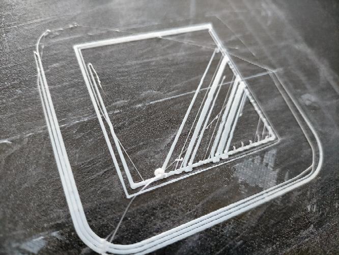 3Dプリンターで写真のように失敗してしまうのですが原因は何が考えられるでしょうか? ノズルを交換したり、ベッドレベルを調整しましたが効果はありませんでした。 今までは問題なく使用できていました。 純正のガラス板に交換する予定ですが、それで解消するでしょうか?