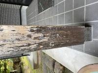 教えて下さい。 玄関の外にある柱のコーティング剤が剥がれたのか見た目汚いのでDIYでなんとかしたいのですが良い方法がありませんか?