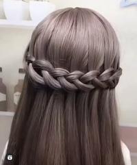 この写真のヘアアレンジの名前を教えてください! 三つ編みして反対側で留めているものではなく輪っかを作ってねじって中に次の輪っかを通して反対側まで繋げていくヘアスタイルです。
