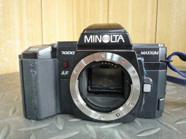 父親の不用品の整理をしてたら大昔に使ってたミノルタα7000のカメラが見つかったのです。 私が生まれる前の古いカメラで外観はボロボロだけど懐かしいです。というもの私の成長記録を残したカメラです。でもこのカメラ、未来技術遺産に決定したα7000名機のようですが、よく見たらこのカメラ「α」のエンブレムがなくてMAXXUMとなってるのです。なんかブランドが変ですね? αとMAXXUMこれってどう...