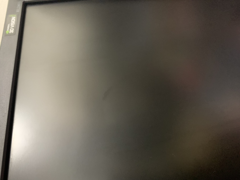 パソコンの液晶画面に変な黒いシミ? なのかわかりませんが、拭いても色は変わらないし、かといって電源をつけてウェブサイトと重ねると目立ちません。 拭いても色が変わらないというのは、普通は濡れたもので拭くと乾くまで、乾いている部分とは色が変わって見えますが、この部分を拭いてもソレははっきり見えます。 電源をつけても消しても変わりません。 これはなんでしょうか?ゲームや、色がついたものを起動すれば見えなくなるので気になりませんが、黒い場面になるとうっすら見えます...ゲーム画面でもそこの部分が暗い場面だとうっすら見えます...