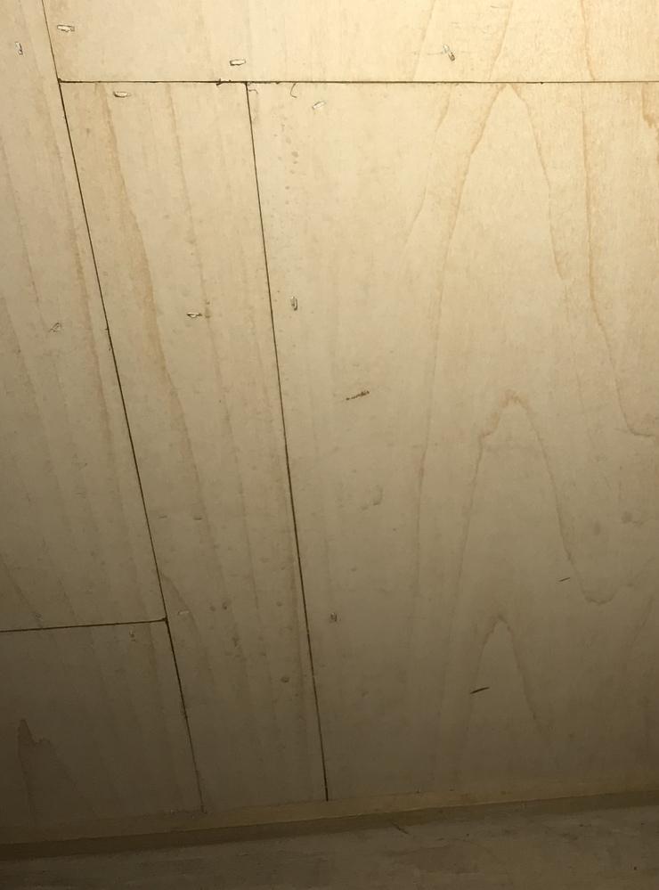実家の階段下にある収納スペースの壁が画像のようにつぎはぎになっていました。 家族が家を買う時にそこまで確認していなかったようで23年ほど経過した今気がつきました。 階段下以外にも何ヶ所かつぎはぎになっていて壁紙を貼って隠すことを考えたのですが階段下のみ壁がフラットではなくつぎはぎ板によっては部分的に0.5-1ミリほどの段差があります。 溝とは違うので埋めるだけでは無理そうなので壁紙で隠すこと...