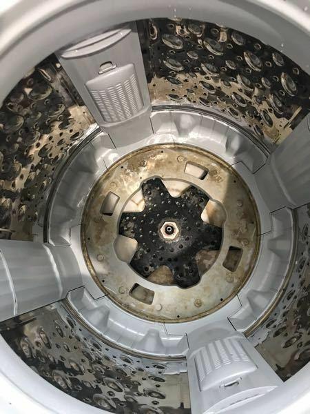 洗濯機分解について教えて下さい! 東芝 AW-10M7 を分解清掃したく、洗濯槽を取り出す方法がネットにのってなく分かりません。 前にやった東芝の洗濯機は底が、10ミリのネジ4本で止まっていたのですが今回のは37ミリ のナットが中心にあり、その上にベアリングの様なものでとまってる感じの作りです。 このナット緩めても大丈夫なんでしょうか。 緩めるとしたら通常のネジの方向で大丈夫でしょうか。 プ...