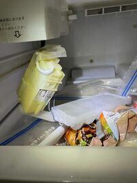 HITACHI RS-38PAMという冷蔵庫を使っているのですが 製氷皿が落ちて機関部も落ちてきました これどうすればいいですか?