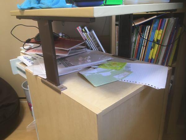 勉強机の引出しの小さい机みたいなやつどうやって高さ変えればいいですか?