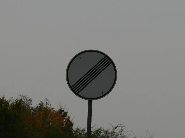この道路標識の意味が分からなくて夜眠れませんでした。 分かる方、どうか…どうか教えて下さい。