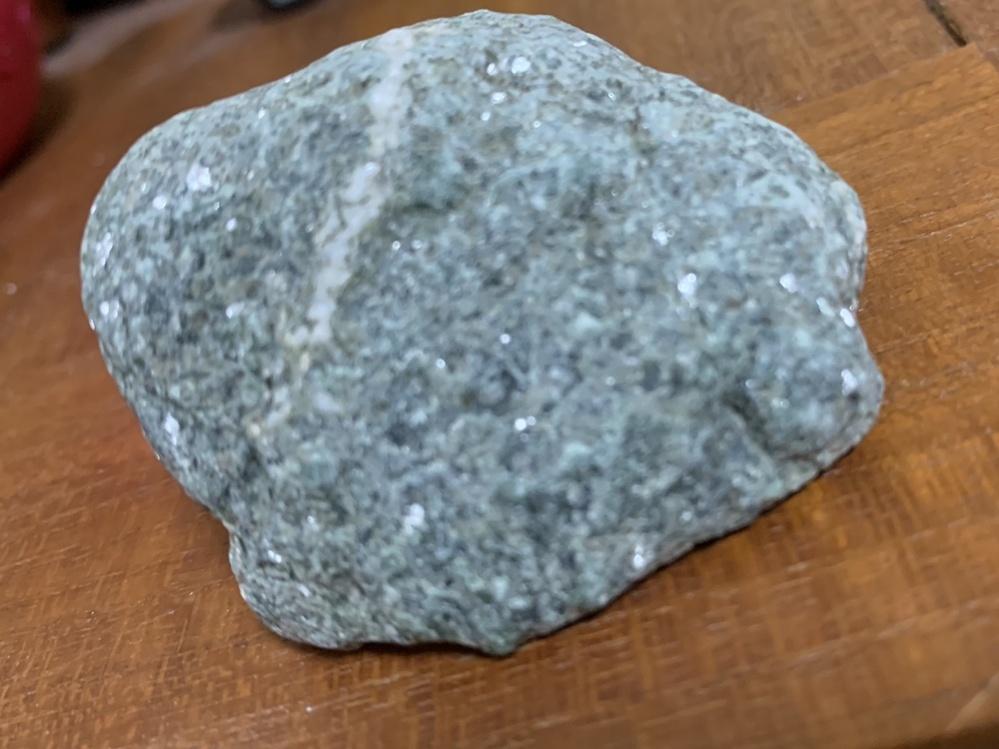 この石、光が当たると白っぽい部分がガラスや水晶のようにキラキラ光るのですが、 どのような石かお詳しい方、宜しければお教え願います。