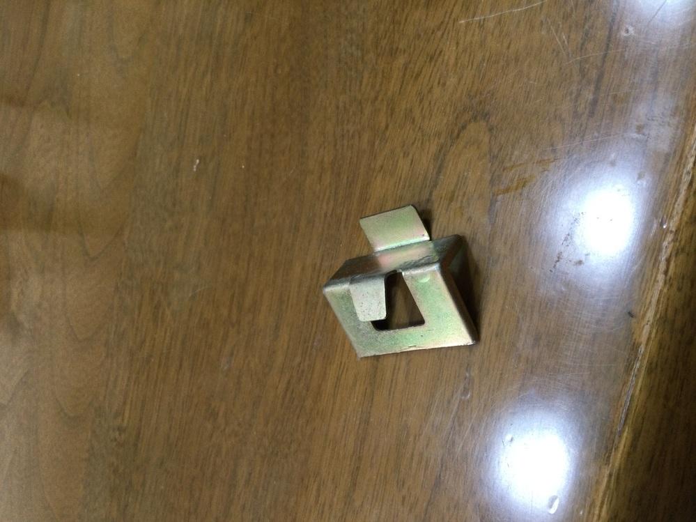 SUZUKI収納庫の棚固定のフックを探しています、ご存知の方はおられませんか。