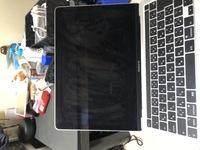MacBook proの液晶を百均のスマホクリーナーで拭いたらこのようになりました。どうしてこのようなことになったのでしょう? また、どうすればなおりますか? このmacのレート13-inch, 2020です。