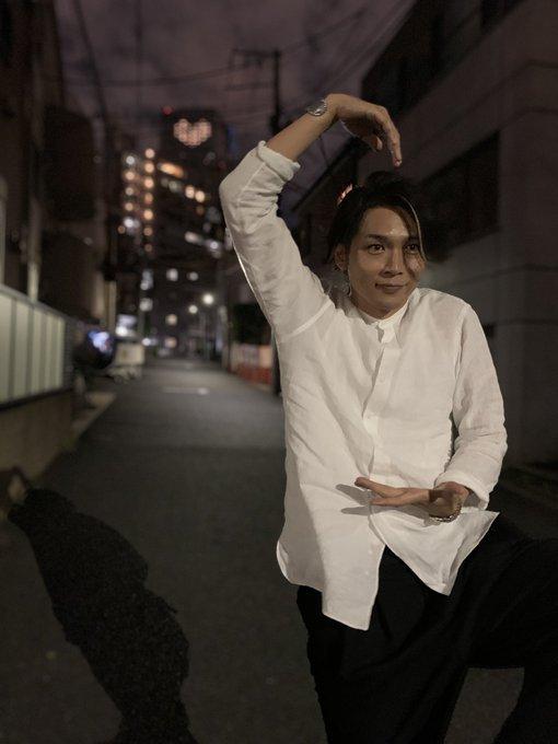 大喜利です。この写真にセリフをつけてください。写真は純烈のメインボーカル・白川裕二郎さんです。
