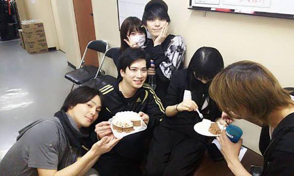 この写真について伺いたいです。 舞台俳優の佐奈宏紀くんの隣にいる女の子って、乃木坂の伊藤純奈ちゃんですか??なんかちょっと違う気がするのですが、どうなんでしょうか? マスクしてピースしてる女の子...