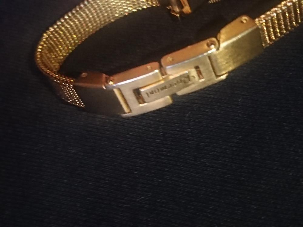 時計に詳しい方に質問です。姉からもらった時計なのですが、バンド? ベルトの接続部分の構造が良く分からず外せずに困っています。この構造はどうやって外して腕を通すのでしょうか?無理矢理曲げたりすると...