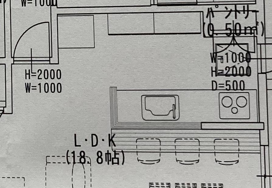 キッチン照明について 新築のキッチン照明について悩んでいます。 キッチン幅は2700mmです。 キッチン通路真ん中にベースライトをつけようかなと漠然と考えています。 その場合、パントリーや冷蔵庫は暗く感じるでしょうか?光量を上げれば問題ないでしょうか? また、キッチンカウンターは勉強やパソコン作業スペースとして使う予定です。 そのため、カウンターとキッチンの間にスポットライトかダウンライトを考えています。 カウンター側とキッチン側で、ライトは分けた方が良いのか?などなど考えが纏まりません。 皆様のキッチンとカウンターの照明はどのようにしていらっしゃるのか教えてください! また、ペンダントライトは使用する予定はありません。。