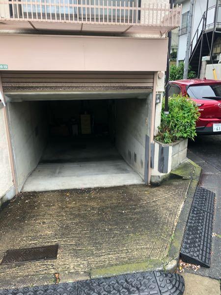 初心者です。 2年前に新車を購入しました。 月に3〜4回位ドライブします。 運転回数が少ないのは、家が半地下駐車場で車庫入れの際に毎回必ずガリッと車下を擦ります。 それなりに大きな音でストレスです。 車を出す際は擦りません。 駐車場工事には100万円以上かかると言われて、諦めています。 そこで質問なのですが、毎回車下を擦っている訳ですが、車のダメージはどの程度あるものなのでしょうか? ご回答お願い致します。